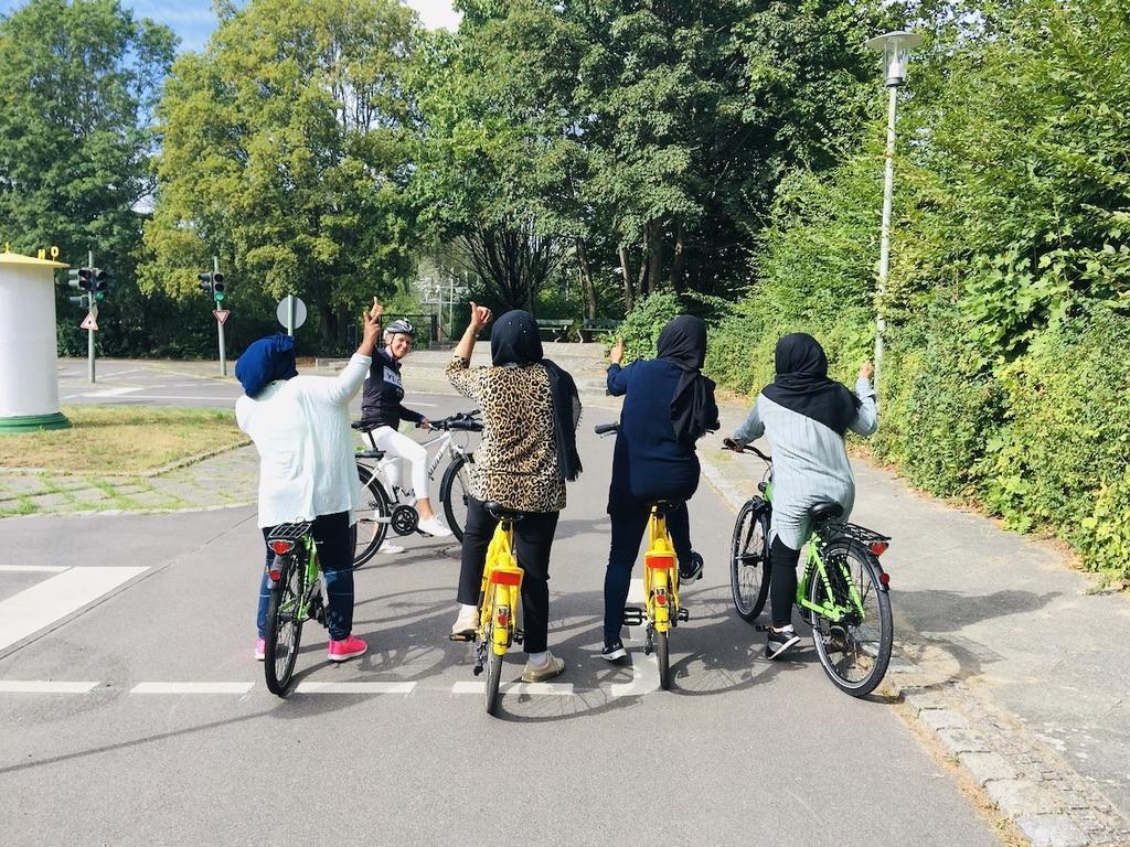 Geflüchtete Frauen lernen Fahrradfahren